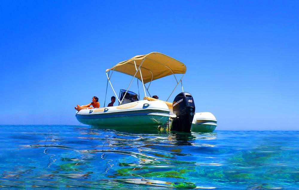 Noleggio gommoni a Pantelleria o giro in barca di gruppo?